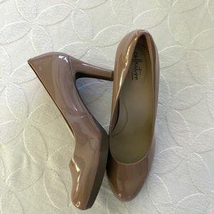 ✨HOST PICK✨ CLARKS nude patent heels